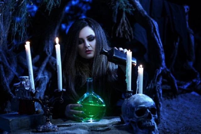 Sie steckt hinter dem miesen Wetter: Eine Hexe hat das Open Flair verflucht!